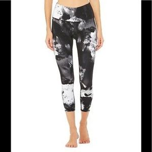 Alo Yoga High Waist Airbrush Capri Black Blast XS